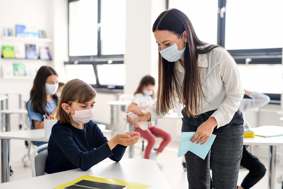 Když děti nemají distanční výuku, musejí ve školách dodržovat přísná hygienická opatření.