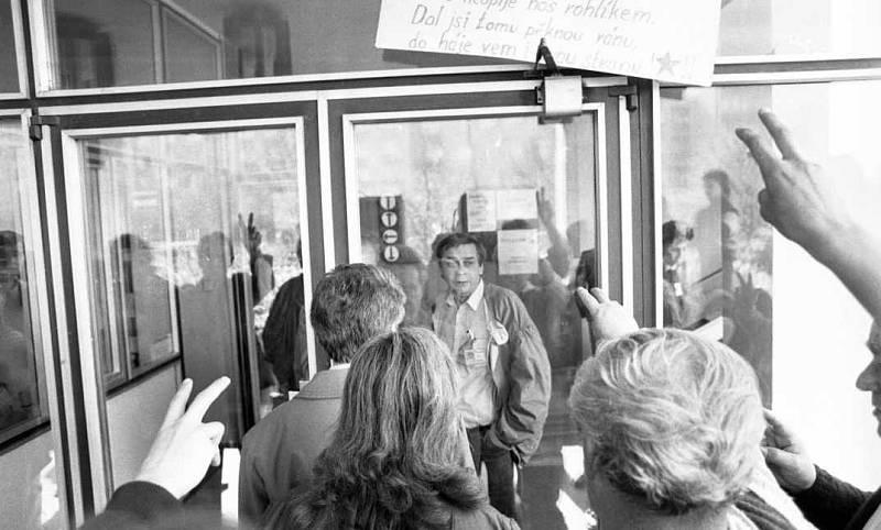 Obrázek z místa sjezdu komunistické strany v Olomouci v roce 1990. Komunistická strana s nástupem demokracie zakázána nebyla