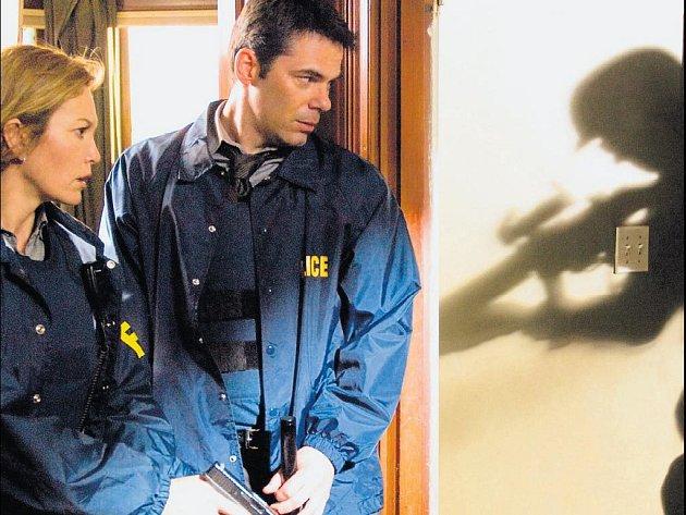 AKCE. Diane Laneová a Colin Hanks jako agenti FBI při zásahu.