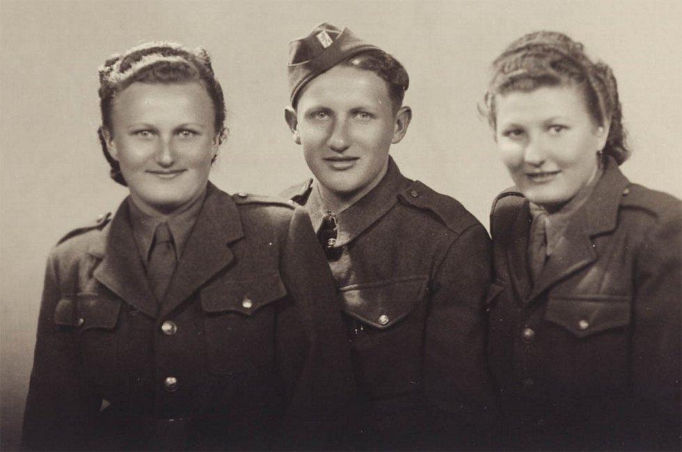 Sourozenci Kozákovi, kteří dorazili v květnu 1945 s 1. čs. armádním sborem do Prahy - Anastázie, Jaroslav a Emílie