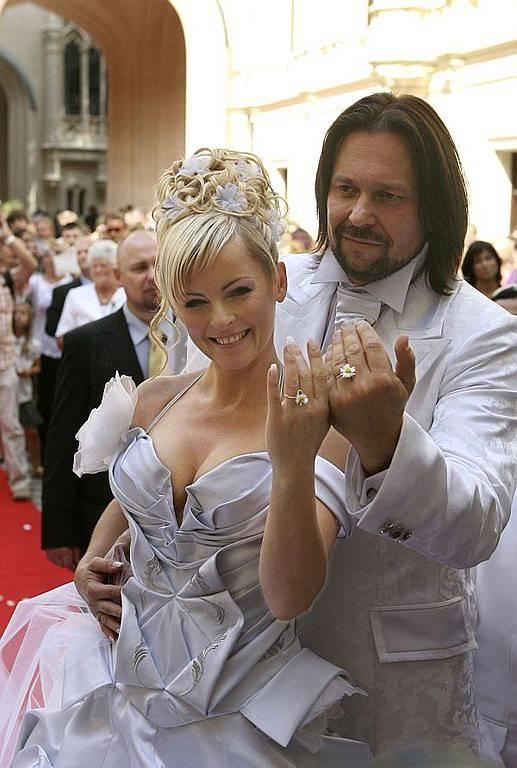"""Iveta Bartošová a Jiří Pomeje si řekli """"ano"""" na zámku v Hluboké Nad Vltavou. Namísto prstýnků v hodotě 300 tisíc korun si navlékli sedmikrásky na provázku ."""