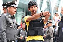 Jeden z mužů, kteří jsou podezřelí z podílu na srpnovém pumovém útoku v thajské metropoli Bangkoku, se policii přiznal, že atentátníkovi předal krátce před útokem těžký batoh obsahující bombu.