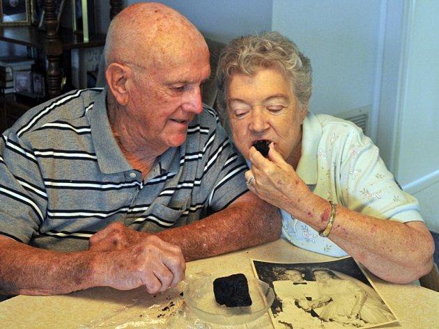 Ann a Ken Fredericksovi z Floridy se brali 19. srpna 1955. Šedesátileté výročí svatby oslavili jako každý rok: pojedli kousek svého původního svatebního dortu z červeného ovoce