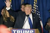 Donald Trump vyhrál republikánské primárky ve státě New Hampshire, vítězem hlasování demokratů se stal Bernie Sanders, který porazil Hillary Clintonovou.