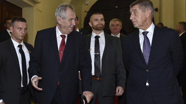 Prezident Miloš Zeman (vlevo) a premiér Andrej Babiš přichází na jednání vlády.