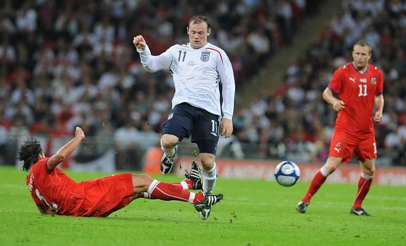 Zdeněk Grygera se pokouší zastavit Wayna Rooneyho (v bílém).