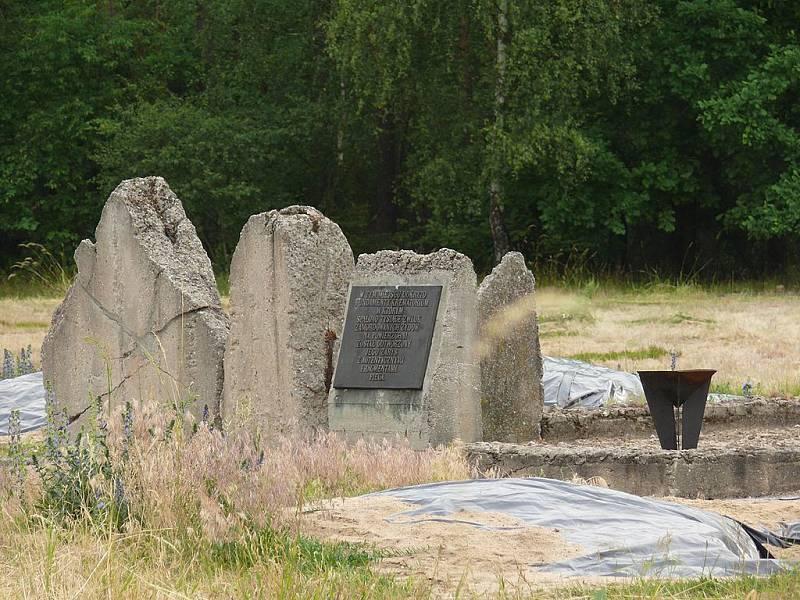 Pamětní deska na mýtině nedaleko tábora, kde docházelo ke spalování a pohřbívání obětí