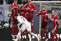 Hakan Balta (v bílém drestu Galatasaraye) se snaží uhnout letícímu míči. Zcela vpravo stál ve zdi Hamburku kapitán David Jarolím.