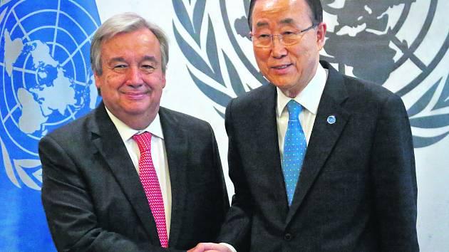HODNĚ ŠTĚSTÍ. Budoucí generální tajemník OSN António Guterres (vlevo) přijímá gratulaci úřadujícího šéfa organizace Pan Ki-muna.