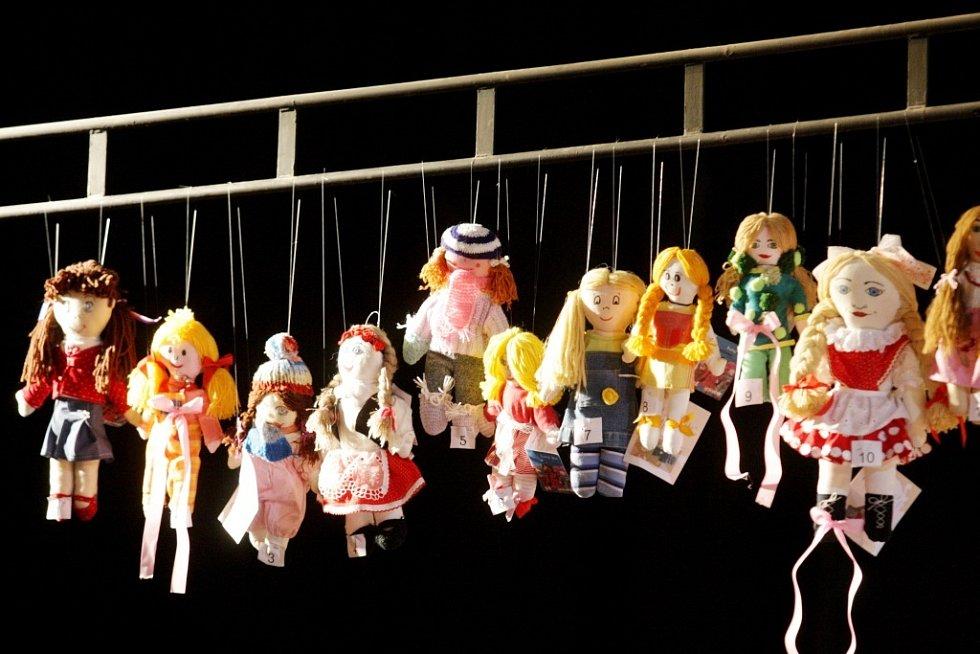 Krakonoš je jméno panenky, která zvítězila v letošním ročníku Miss panenka. Děti z téměř 70 východočeských škol ušily bezmála 1400 originálních panenek.