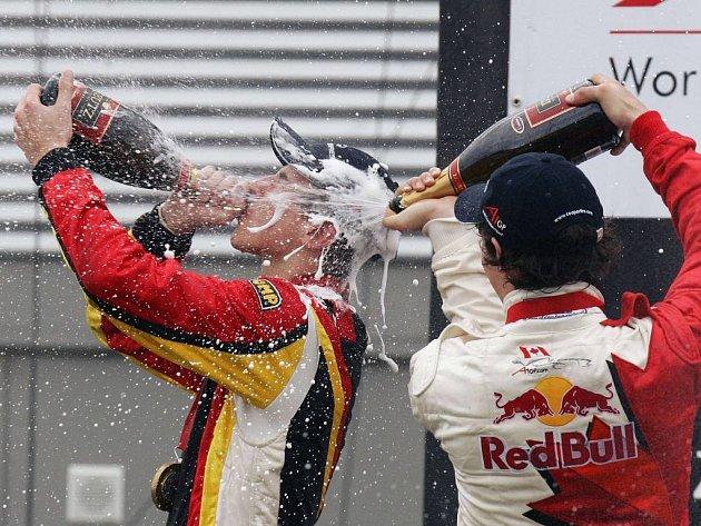 Šampaňské se pilo i stříkalo. Vítěz Němec Vietoris pije, druhý Kanaďan Wickens ho sprchuje.