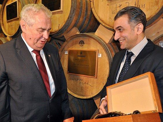 Láhev dvaasedmdesátileté brandy dostal prezident Miloš Zeman při dnešní návštěvě likérky Ararat v arménské metropoli Jerevanu.