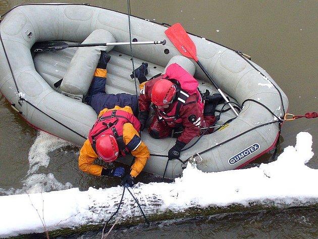 Berounští profesionální hasiči si v úterý 25. ledna 2011 museli poradit se vzroslým stromem, který uvízl při vtoku Berounky do městského náhonu. Pomocí navijáku se jim podařilo vytáhnout celý kmen na břeh. Člun s osádkou byl jištěn lezeckou technikou.