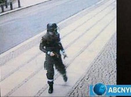 Atentátníka Breivika zachytila před výbuchem bezpečnostní kamera.