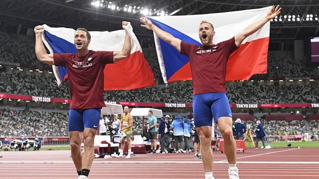 Medailová radost českých oštěpařů. Zleva bronzový Vítězslav Veselý a stříbrný Jakub Vadlejch.