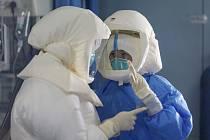 Zdravotníci v ochranných oblecích
