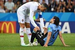 Cristiano Ronaldo pomáhá zraněnému Cavanimu.
