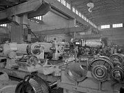 n.p. Buzuluk Komárov-Pohled do montážní haly, kde se montují součásti strojů,tvořící kompletní gumárenská zařízení,která n.p. Buzuluk Komárov dodává do mnoha zemí,zejména do SSSR.