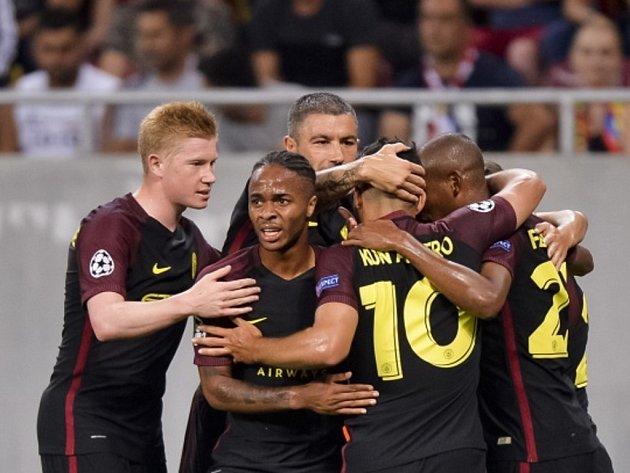 Fotbalisté manchesteru City se radují z gólu proti Steaue Bukurešť.