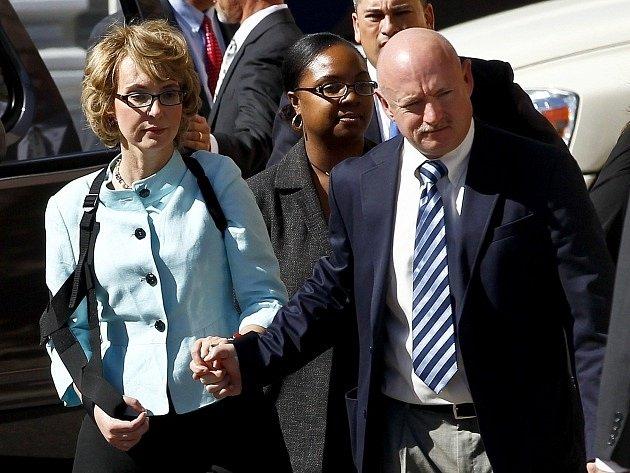 Gabrielle Giffordsová a její manžel Mark Kelly