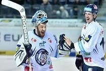 Hokejisté Liberce Ján Lašák (vlevo) a Lukáš Derner se radují z vítězství nad Litvínovem.