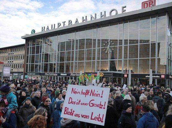 Demonstrace v Kolíně nad Rýnem po silvestrovských útocích. Ilustrační foto