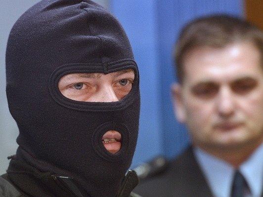 Kriminalista v utajení vystoupil 30. října v Praze na tiskové konferenci policejního prezidenta Martina Červíčka (vpravo) k zadržení dlouhodobě hledaných osob v zahraničí. V Dominikánské republice bylo v minulých dnech zatčeno osm členů gangu, který se úd