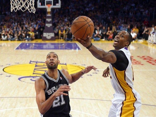 Dwight Howard z LA Lakers (vppravo) se prosazuje přes bránícího Tima Duncana ze San Antonia.