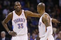 Kevin Durant z Oklahomy (vlevo) se domlouvá na taktice s Caronem Butlerem proti Utahu.