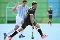 Pozemní hokejisté Německa (v černém) proti Argentině na olympijských hrách v Riu.