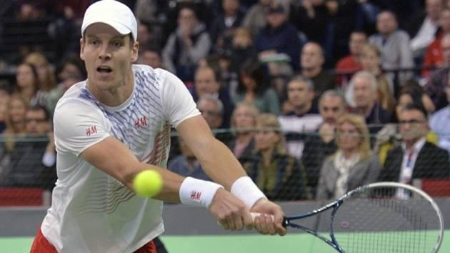 Tomáš Berdych ve finále Davis Cupu proti Novaku Djokovićovi ze Srbska.