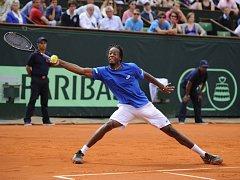 Gaël Monfils z Francie v semifinále Davis Cupu proti Lukáši Rosolovi.