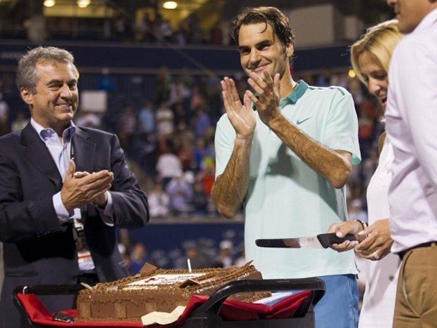Oslavenec. Roger Federer po postupu do semifinále v Torontu dostal k 33. narozeninám dort.