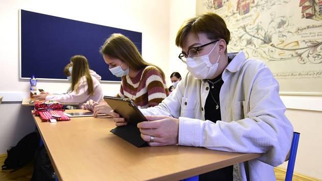 Studenti v rouškách při výuce na gymnáziu