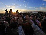 Vítání slunce v britském Stonehenge
