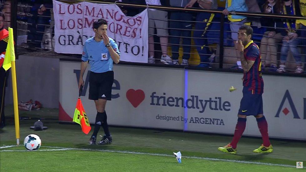 Tehdejší fotbalisa Barcelony Daniel Alves poslal rasistům na tribunách jasnou odpověď. Banán, který po něm hodili, jednoduše snědl. Na jeho podporu se pak s tímto ovocem fotila řada hvězd.