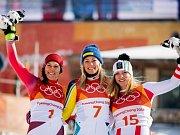 Nejúspěšnější slalomářky - zleva Švýcarka Wendy Holdener, vítězná Švédka Frida Hansdotter a Katharina Gallhuber z Rakouska.