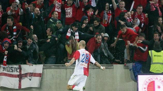 Martin Latka ze Slavie se raduje z gólu proti Spartě.