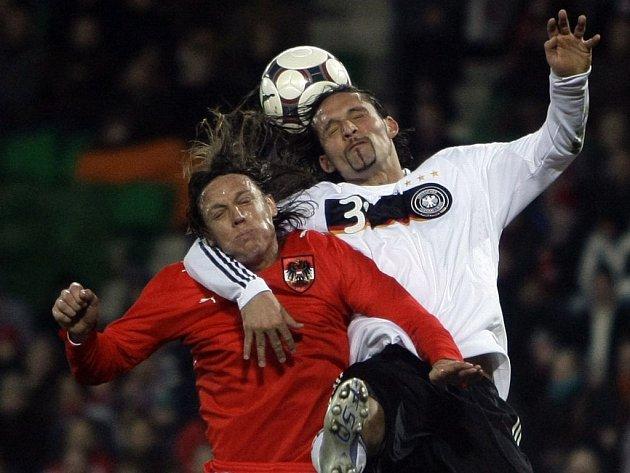 Hlavičkový souboj jak má být. Němec Kuranyi byl úspěšnější Rakušana Aufhausera. Stejně se vedlo i v utkání, které Němci vyhráli 3:0.