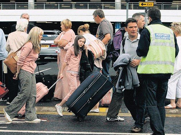 UNIKLI ATENTÁTU. Pasažéři přicházejí k terminálu glasgovského letiště. Právě tam chystali atentátníci krvavou lázeň.