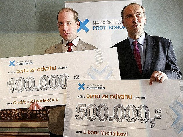 Na tiskové konferenci 23. března v Praze byl představen novinářům Nadační fond proti korupci. Na snímku zleva ocenění Ondřej Závodský a Libor Michálek.