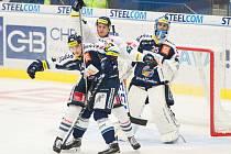 Hokejisté Vítkovic (v modrém) proti Liberci.