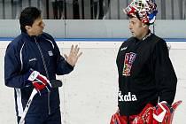 Trenér Vladimír Růžička (vlevo) a gólman Tomáš Vokoun na tréninku české reprezentace.