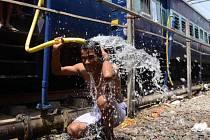 Více než 200 lidí už podlehlo vlně veder, která sužuje dva státy v jihovýchodní Indii.