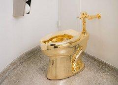 """Zlatý záchod Maurizia Cattelana nazvaný """"America""""."""