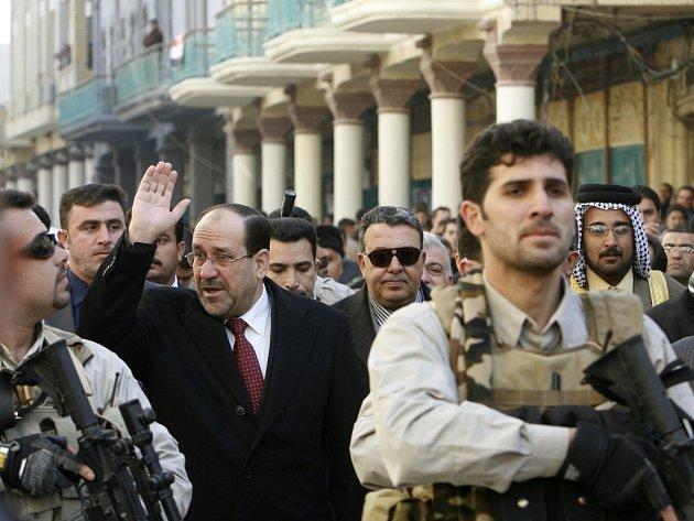 Irácký premiér Núri al-Malíkí zdraví davy při slavnostním otevření proslulé ulice Mutanabi v Bagdádu.