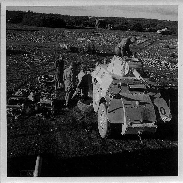 Italové opravují během bojů ve východní Africe svůj obrněný vůz Autoblindo Fiat-Ansaldo, rok 1941