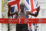 Eliud Kipchoge slaví vítězství v Londýně