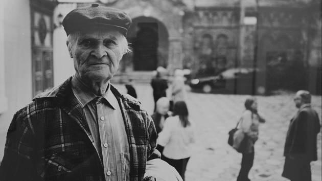 Před objektivem. Fotograf Kurt Kaindl ve svých snímcích zachycuje kulturní zvyky Evropanů.