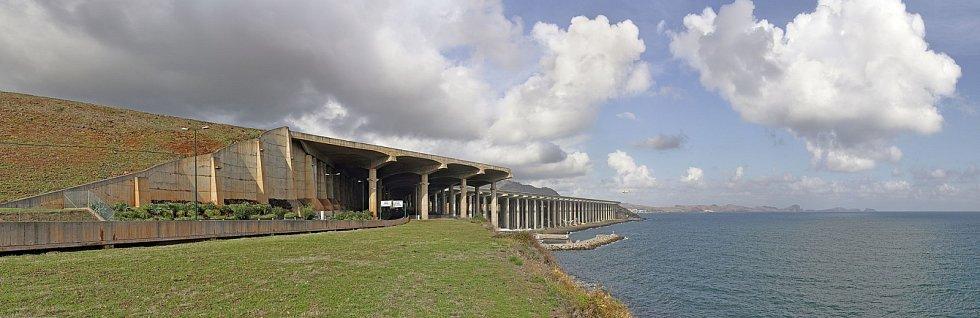 Mezi nejnebezpečnější letiště na světě, na kterých může přistávat jen několik speciálně vycvičených pilotů, se nachází na portugalském zámořském ostrově Madeira. Z jedné strany letištní plochu podpírá 180 sloupů.